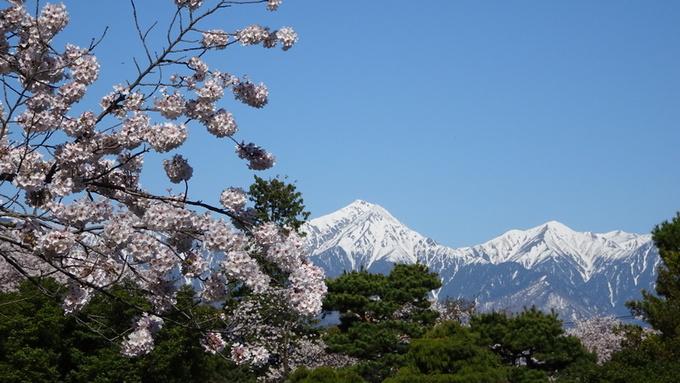 松本城と常念岳