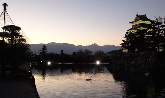 夕暮れに染まる松本城