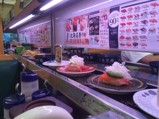 回転寿司の店内