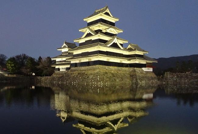 薄暮に浮かび上がる松本城