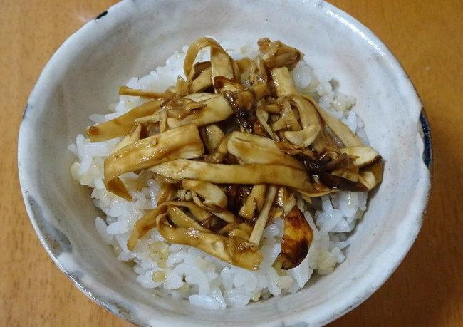 ご飯の上に乗せた松茸