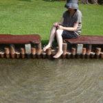 日向山高原の散策路沿いにある足湯はとにかく広い!