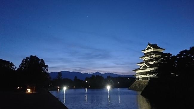 松本城と一番星