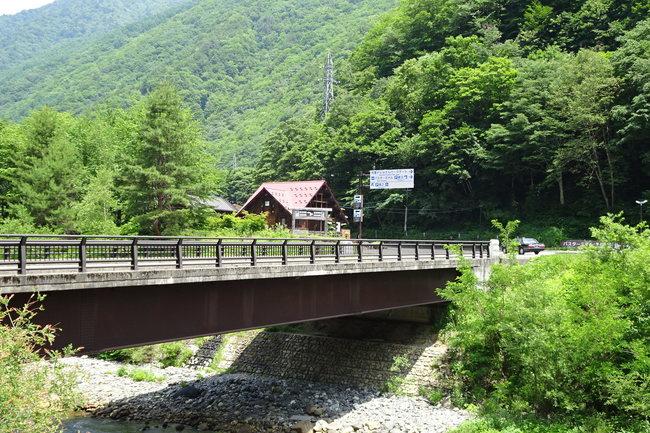足湯へ渡る橋
