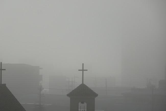 霧の中の結婚式場