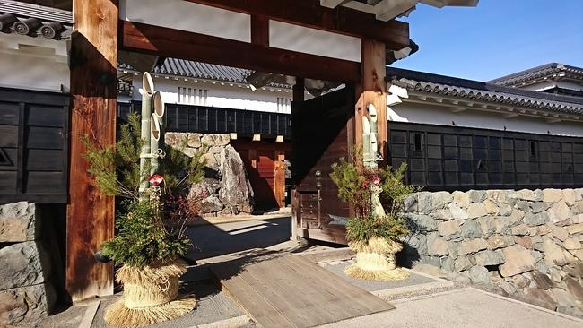 太鼓門の門松飾り
