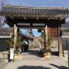 門松飾りで正月を迎える準備が整った松本城
